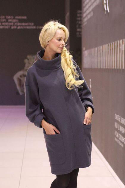 Купить или заказать Платье EGGDRESS BAT в интернет-магазине на Ярмарке Мастеров. Теплое, стильное платье-свитер из шерстяного трикотажа джерси, с широкими рукавами 'летучая мышь' и накладными карманами oversize. Цвет - серый. Ткань - однотонное шерстяное джерси, состав: 80% шерсть, 18% акрил, 2% эластан. Длина платья 93 см. Крой прямой, ширина платья 115 см. На заказ можно изготовить другого размера.