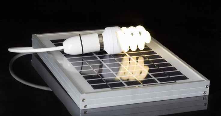 Como construir um inversor de energia solar. Inversores de energia são utilizados para converter correntes diretas (CD) em correntes alternadas (CA). Os inversores de energia mais comuns são feitos para converter energia CD de 12 volts em energia AC de 110 volts. Essas unidades são normalmente utilizadas em automóveis e outros veículos. Um inversor de energia solar utiliza as células e os ...