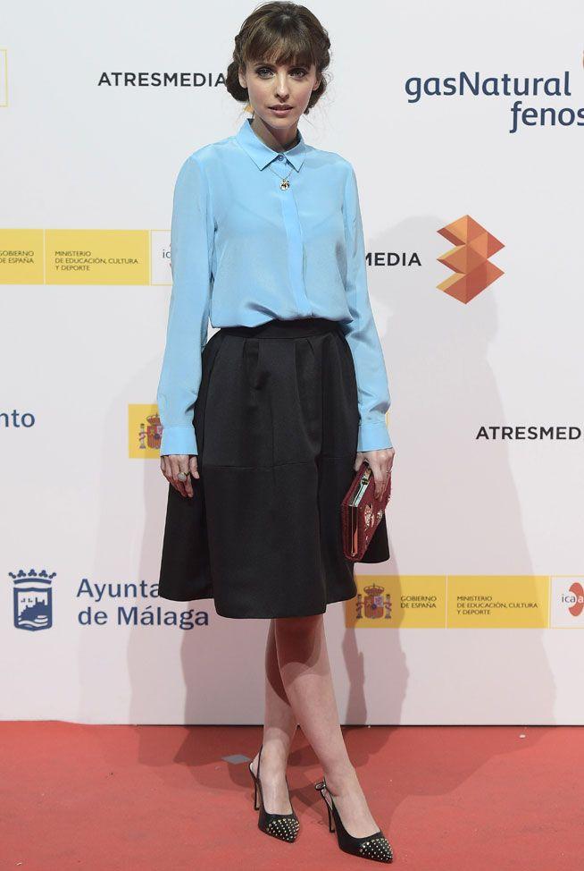 Leticia Dolera con un conjunto de blusa y falda de Dolores Promesas Heaven y zapatos de Lodi