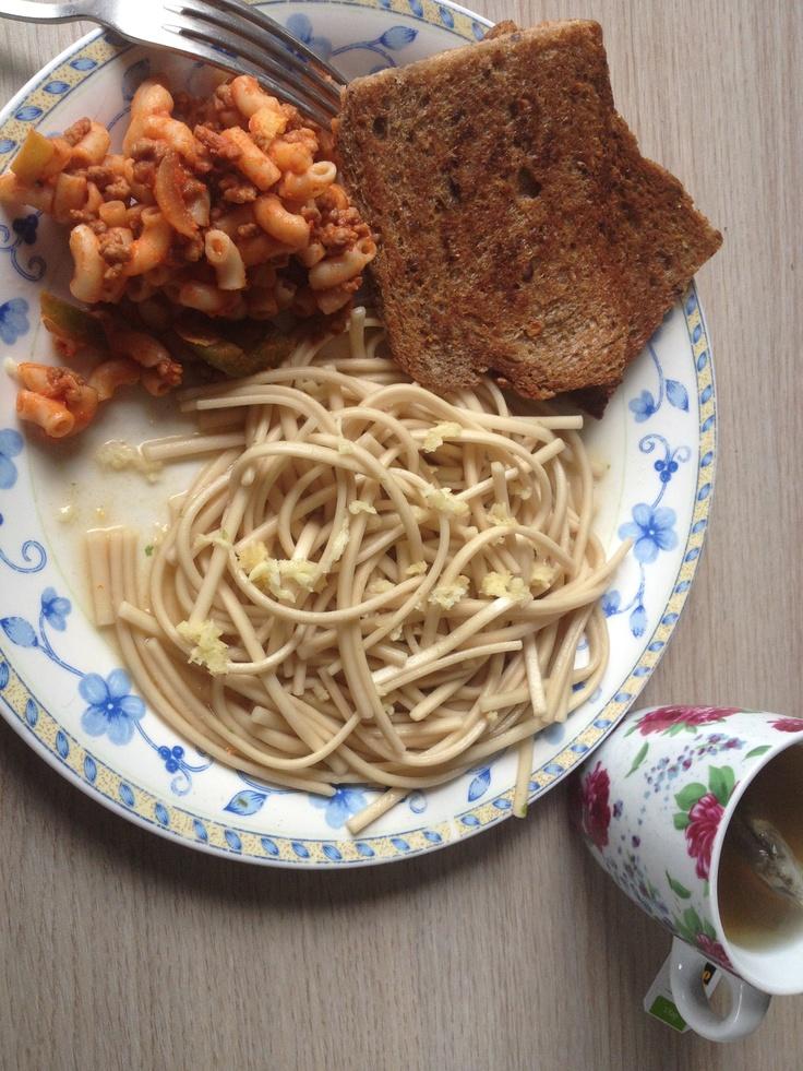 Chinese mie met knoflook, in olijfolie gebakken volkorenbrood, koude macaroni en groene thee met cranberry. Amen.