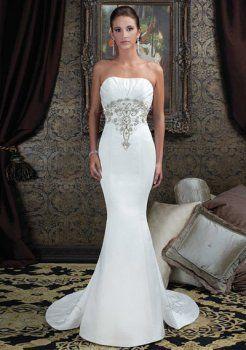 Une ligne de v-cou chapelle train robes de satin dentelle pour la mariée
