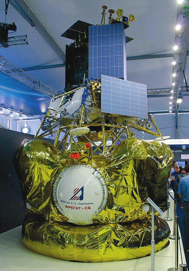 «Луна-25» (ранее «Луна-Глоб») на МАКС-2015. Фото с сайта www.gazeta.ru | На недавно завершившейся в Жуковском выставке МАКС-2017 в павильоне «Роскомос» было выставлено рядом два интересных экспоната: советский проект «Луна-24» 1976-го и будущий российский — «Луна-25».