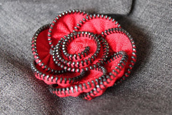 DIY: 20 Cool Creative Ideas With Zippers. Awesome jewlery from zippers. Very creative