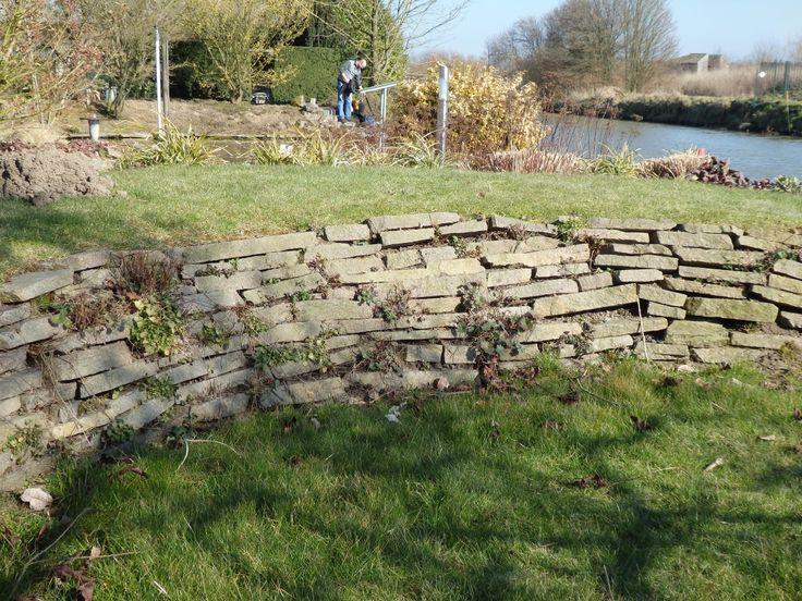 Stenen muurtje voor bij sloot.