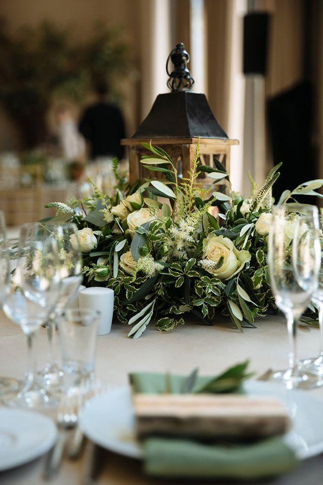 цветочное оформление гостевых столов  деревянные фонари в декоре свадьбы деревянные фонари в оформлении свадьбы