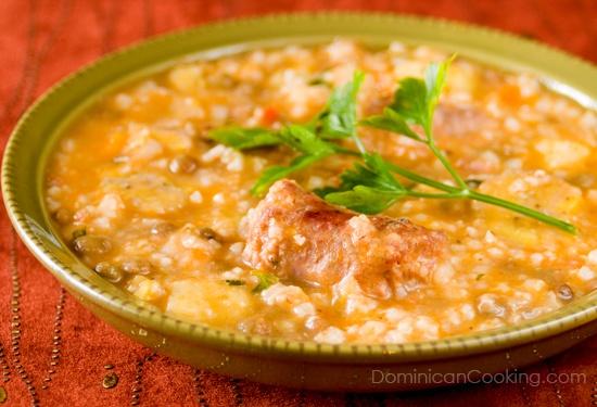 El famoso plato de nuestra región del Cibao hecho a base de arroz, varias carnes y tubérculos, habichuelas y vegetales. Lee nuestra reseña sobre el mismo en www.bocatips.com