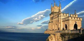 La arquitectura que se puede ver en los Castillos antiguos, es monumental e impresionante,  hay algunos que se encuentran al filo de un precipicio, con paisajes que es algo fuera de este mundo. La vista desde estos castillos le puede quitar el aliento a cualquiera.