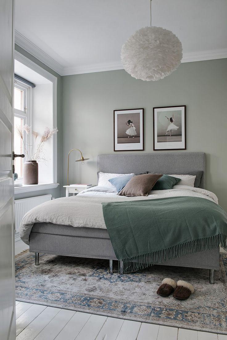 Kitchenette offen zum Wohnzimmer, stilvolle Akzente von Rot, Blau und ver