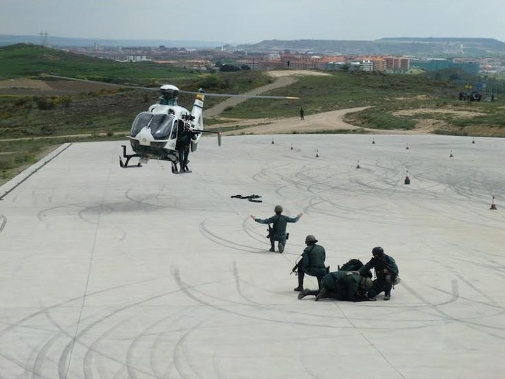 Fuerzas especiales de la Guardia Civil en exhibición de operación con helicóptero #guardiacivil #GAR #GEO http://replicas-airsoft.com