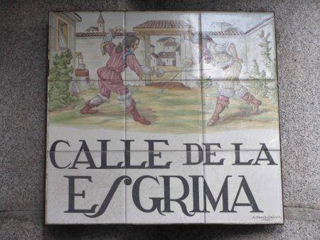 El nombre de la calle viene de la actividad que se practicaba en un corralón situado en ella. El mismo maestro de esgrima que impartía lecciones en la calle de la Espada se desplazó aquí para continuar su labor.