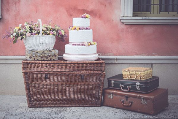 vintage picnic wedding decor // photo: oui darling http://weddingwonderland.it/2015/03/matrimonio-primaverile-picnic.html