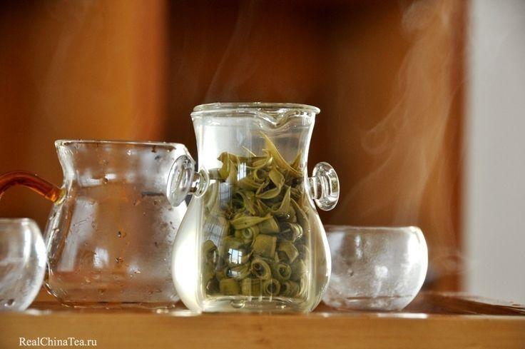 Зеленый чай из провинции Юньнань. Зеленые кольца. Во время заварки раскрывается каждое колечко этого чая. Это красивое, успокаивающее зрелище. Вот почему я заварил чай в стекле. www.realchinatea.ru