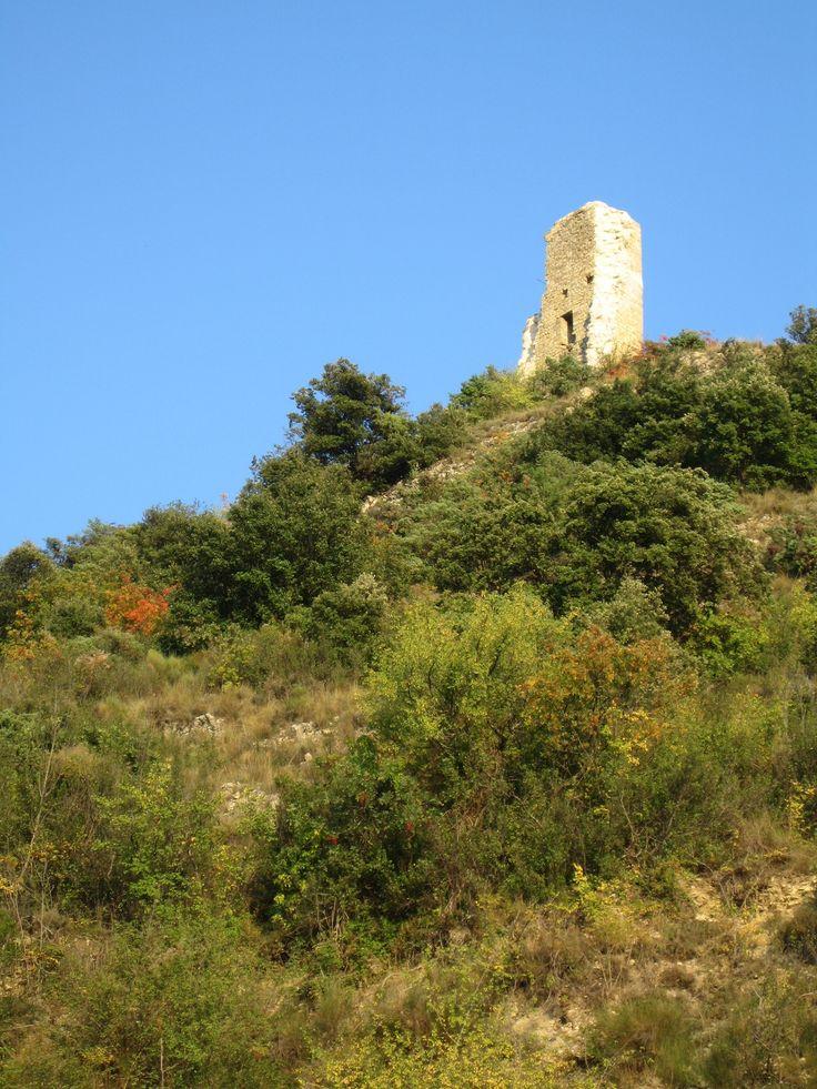 Uma das torres de Volonne. A aldeia é uma comuna francesa no departamento dos Alpes da Alta Provença, região administrativa da Provença-Alpes-Costa Azul, França.  Fotografia: http://mapio.net