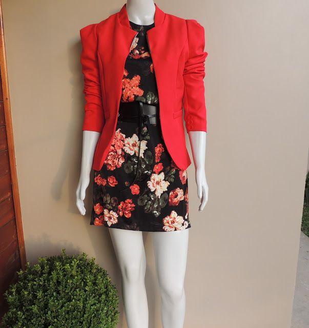 Blazer Vermelho mangas estruturadas Vestido preto floral Cinto largo