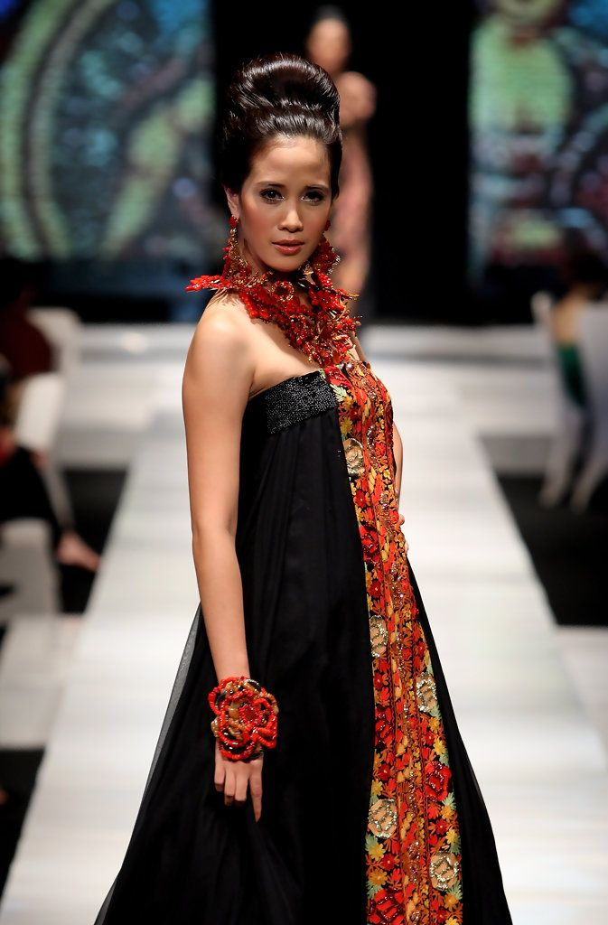http://www.zimbio.com/pictures/_kZ8SQQckg9/Jakarta Fashion Week 2009 10 Day 1/aLToGR27xqI