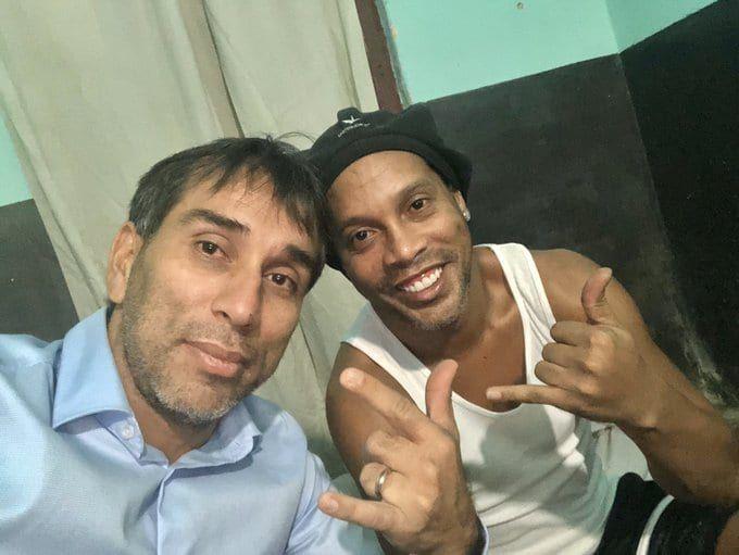 Pipino Cuevas Visito A Ronaldinho En La Carcel De Paraguay Tyc Sports En 2020 Ronaldinho Carcel Futbol Internacional