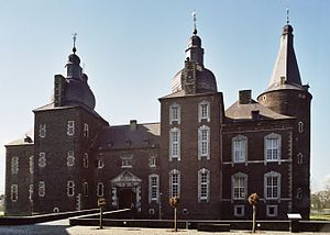 Kasteel Hoensbroek of Gebrookhoes is een van de grootste kastelen van Nederland. Het oudste gedeelte van het kasteel, met name de hoge ronde toren, dateert van rond 1360, toen Herman Hoen het verbouwde. In 1225 was er in dit moeras al een voorloper, een zogeheten motte-burcht. In 1250 werd op de plaats van het huidige kasteel een versterkt huis gebouwd. Vanwege zijn voor Brabant zeer strategische ligging aan de belangrijke handelsroutes naar Maastricht,