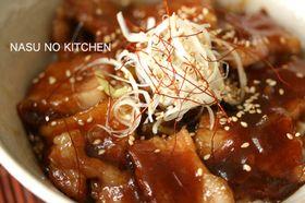 《激ウマ!豚バラ丼》 by kiki rin (2人分) ・豚バラ肉 200g ・玉ねぎ 半個 ・白ネギ あれば少々 ・白ごま あれば少々 ・片栗粉 適量  ◎漬けダレ ・にんにく1片 ・料理用清酒 大さじ2 ・砂糖 大さじ2 ・みりん 大さじ2 http://cookpad.com/recipe/961383