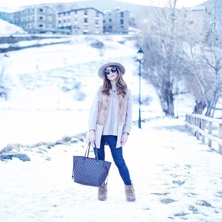 COMFY OUTFIT IN THE SNOW  Cómo me gustan este tipo de looks cómodos para la nieve! Te lo dejo completo en mi blog con botas monísimas de @ankalanita que son  . . . . #atrendylife #looks #andorra #andorralavella #atrendylifelooks #ootd #louisvuittonbag #comfyoutfit #lookconsombrero #mystyle #lookconchaleco #botasestilougg #boots #snow #weekend #neverfull #neverfulllouisvuitton