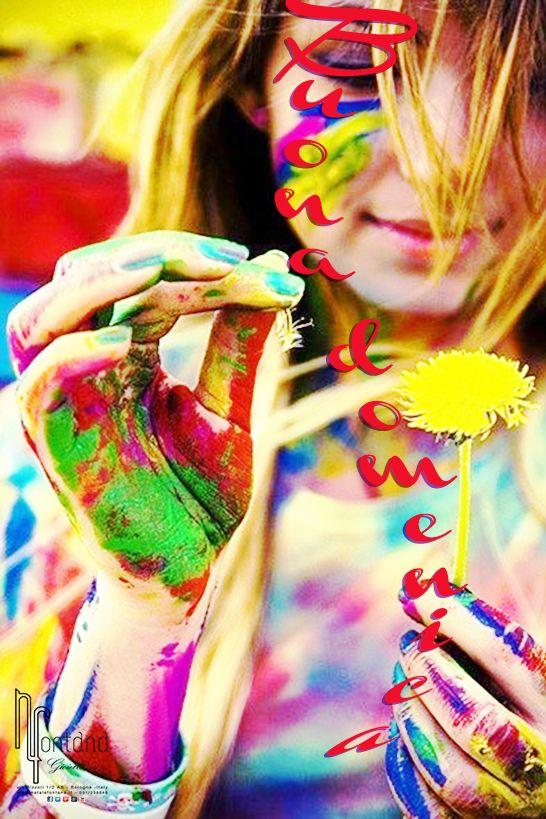 buona domenica ragazza con fiore e colori