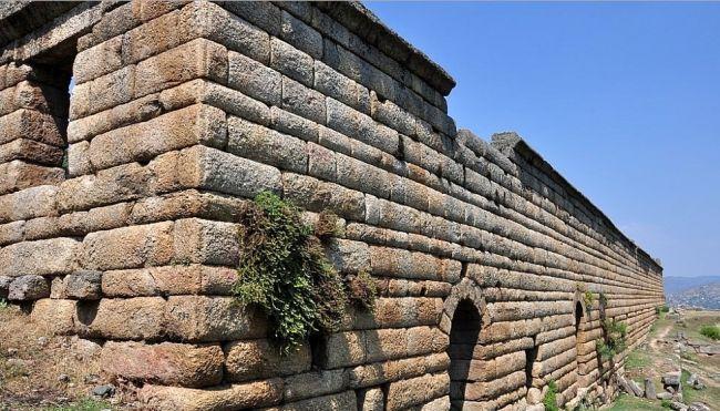 Alinda antik kenti/Karpuzlu/Aydın/// Alinda Karia'lılar tarafından kurulmuştur. Tarih sahnesine çıkışı, Karia Prensesi Ada (İ.Ö. IV. yy.) ile olmakla birlikte, kent hakkında bilinenler İ.Ö. 14. yy.'a kadar gitmektedir.