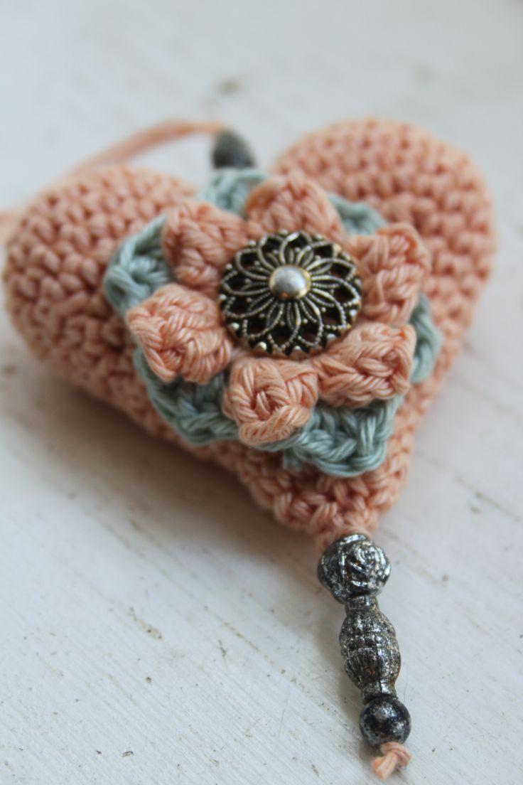 Vintage Crochet heart. Gehaakt hart gevuld met  lavendel. Heerlijk geurend vintage hart.