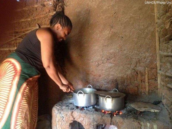 """""""Quando sono arrivata al campo non avevo soldi per mantenere la mia famiglia.Ho cercato lavoro ma nessuno poteva aiutarmi,ecco perché ho creato il mio piccolo ristorante!"""".Masika è fuggita dalla RDC dopo che suo marito era stato ucciso.Ha iniziato a vendere parte della sua razione di grano per comprare carne e verdure da cucinare.Quello che vedete nella foto è il suo ristorante,in cui ogni giorno prepara pietanze che poi rivende al mercato locale e all'interno del campo!"""