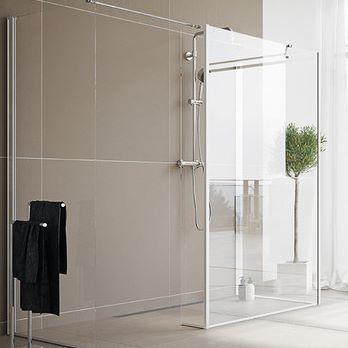 Drømmer du også om en stor og romslig dusj? Med faste glassfelt kan du bygge opp dusjen akkurat slik du ønsker, tilpasset ditt baderom og dine behov. Det er nesten ingen begrensninger for hva som er mulig. #vikingbad #dusj # dusjløsninger #dusjnisje #byggdineegendusj #baderomsinspo #bathroom #baderomsinspirasjon #shower