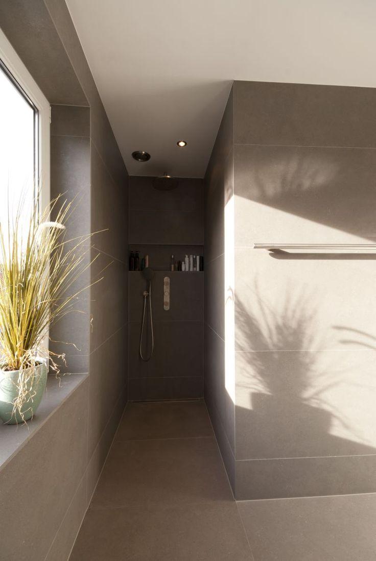 Meer dan 1000 idee n over grijze tegels op pinterest betegelde badkamers badkuip tegel en - Betegelde rode badkamer ...