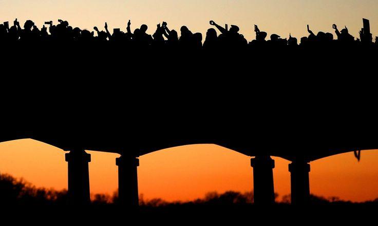 Το προσωπικό της ταινίας «Σέλμα» βαδίζει πάνω στη γέφυρα Edmund Pettus στην Αλαμπάμα συμμετέχοντας στην πορεία προ τιμήν της ημέρας του Martin Luther King.