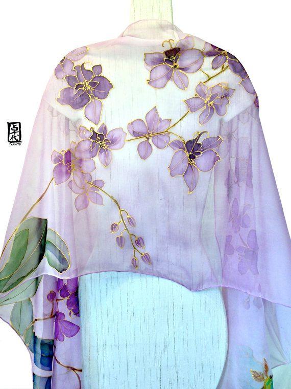 Pintado a mano bufanda mantón de seda, mantón de seda púrpura, orquídeas de noche y Luna polillas, chal de Gasa y seda. Aprox. 22 x 90 pulgadas. Este pañuelo de seda pintadas es un elemento de orden. Su nueva bufanda se recrea y se enviarán dentro de 10 días hábiles desde la fecha