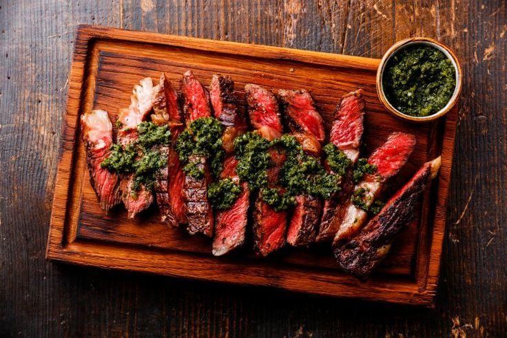 Chimichurri: Grillsauce aus Argentinien - In Argentinien wird kein Stück Grillfleisch ohne die traditionelle Kräutersauce Chimichurri gegessen. Perfekt abgeschmeckt mit frischen Kräutern und Limettensaft passt sie immer.