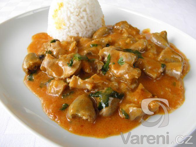 Snadný recept na dušené kuřecí žaludky se srdíčky s využitím červené kari pasty po česku. Pikantní hlavní chod nejlépe chutná s rýží, ale také s kouskem pečiva.