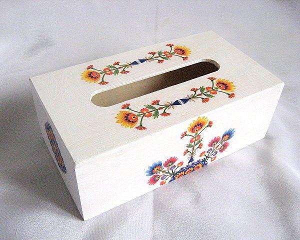 Model de flori simple in culori vii pe fond alb, cutii servetele hartie