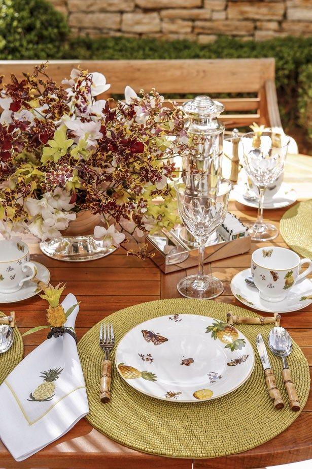 Para florir a mesa, arranjo maravilhoso cheio de graça e movimentolevando exclusivamente as mais lindas orquídeas nos exatos tons da louça: Phalaenopsis, Denphal, Cymbidium Pendente e Colmanara. Tudo foi montado pelo queridoMarcinho Leme, daMilplantas, sobre espuma floral – para dar leveza aos arranjos – em um cachepot sextavado em prata da Theodora Homeque é pura delicadeza.