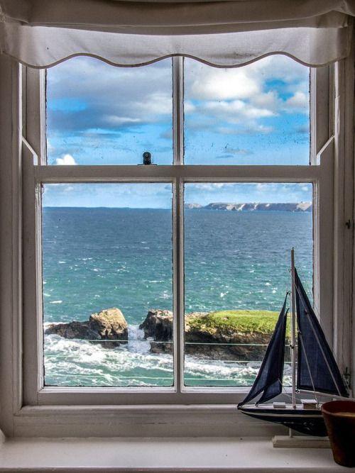 Uitzicht vanuit het raam in Cornwall, Engeland
