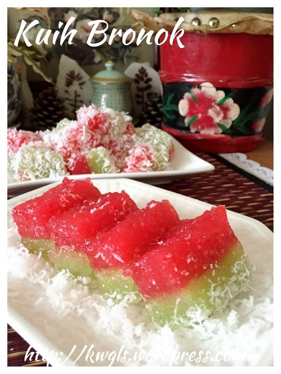 Malaysian Steamed Sago Cake – Kuih Bronok or Lapis Sagu(西米椰丝蒸糕). In Malaysia especially in the East Coast states of Peninsular Malaysia, this kuih was called kuih bronok or Kuih bronok Sagu. As per Malay Wikipedia, kuih bronok is a Malay delicacy that is made of sago balls and eaten with shredded coconut. The flavouring commonly used by our Malay brothers are air bunga or rose water. Pandan can be used too.