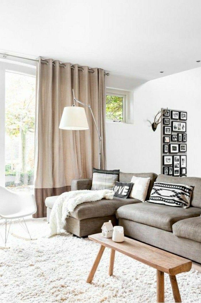 rideaux beiges dans le salon de couleur grège. tapis blanc