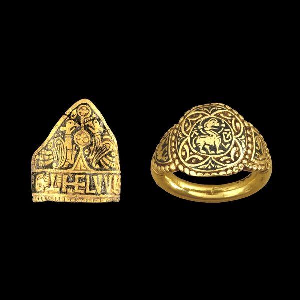 Estos dos anillos tienen similares inscripciones que los identifican con la casa real de Wessex, pero de hecho vienen de dos talleres diferentes. Años 828 a 858. el triangular, con una pareja de pájaros afrontados, lleva la incripción 'Æthelwulf Rex' (ReyÆthelwulf). El segundo lleva una representación del Agnus Dei (el Cordero de Dios) en el centro de un cuadrifolio. Por detrás lleva la inscripción Æthelswith Regina' (Reina Æthelswith) que es hija del rey del otro anillo (yo es que en la…