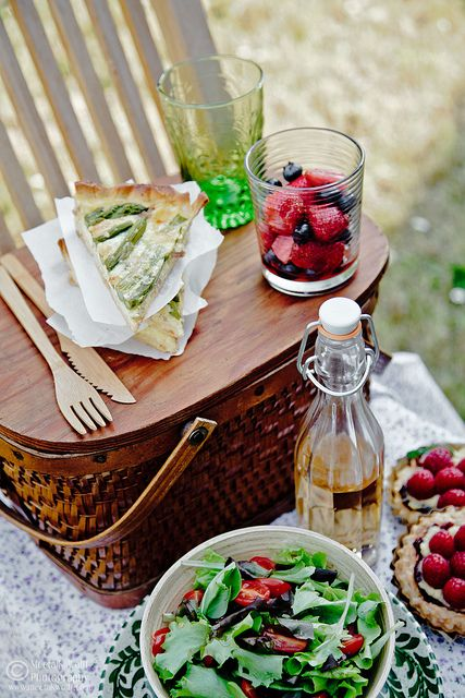 Smoked Cheddar & Asparagus Quiche - Gorgeous picnic spread