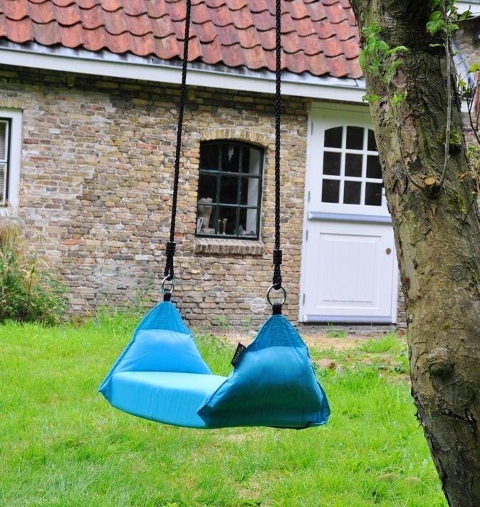 De Marshmallow Swing is een hangend kussen. Heerlijk zacht en comfortabel. Volkomen veilig door de stevig ingenaaide band, die onder de schommel door loopt. Je kunt er op zitten, liggen, staan, hangen wat wil je maar wilt. Dutch Design by Purple Frog.