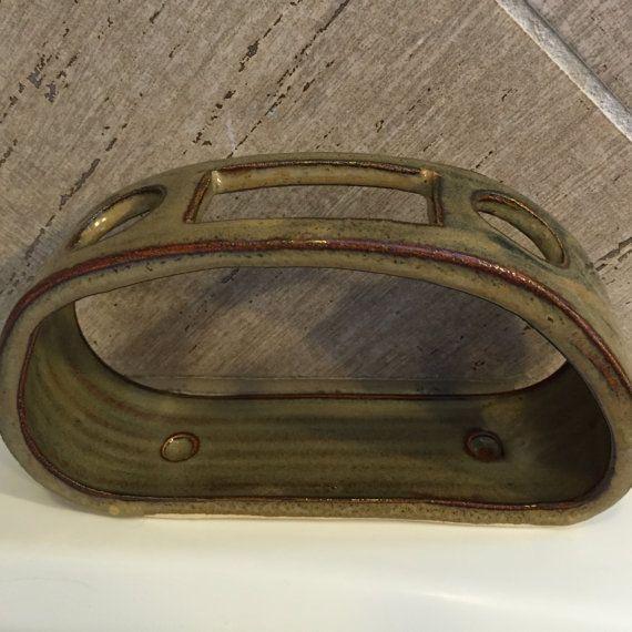 Main levée en céramique brosse à dents et dentifrice titulaire  Support de brosse à dents/dentifrice a été levée sur la roue et ensuite modifié pour tenir compte de 2 brosses à dents et un tube de dentifrice. Brosses à dents dans autour des ouvertures de chaque côté dune ouverture rectangulaire conçue pour tube de dentifrice. La conception ouverte permet un nettoyage facile (lave-vaisselle) et les trous sont suffisamment grands pour accueillir la plupart des brosses à dents manuelles. Ce...