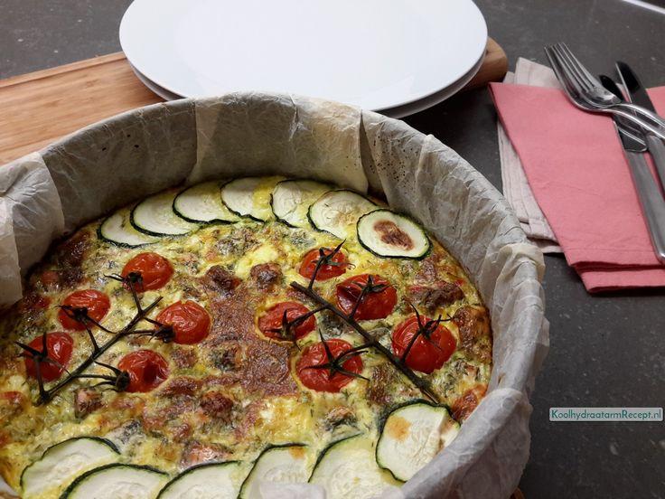 Voor deze zalige zalm groente quiche gebruik je de courgette en tomaat gewoon rauw. Paprika en bleekselderij heel even apart bakken.