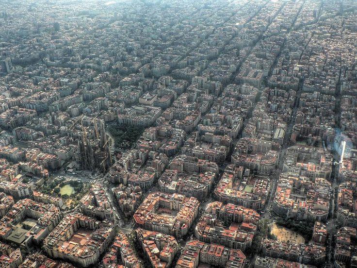 Por Pepo Jiménez via @JotDownMagazine  La primera imagen de mi proyecto es de la capital catalana. El sueño de Gaudíen manos de las trazas urbanas del Plan Cerdá. Esquinas achaflanadas, alturas limitadas y homogéneas, grandes e infinitas avenidas con bulevares rectilíneos atravesadas por cuchilladas diagonales. La ciudad, colmatada, parece que funciona o, al menos, no es un caos.