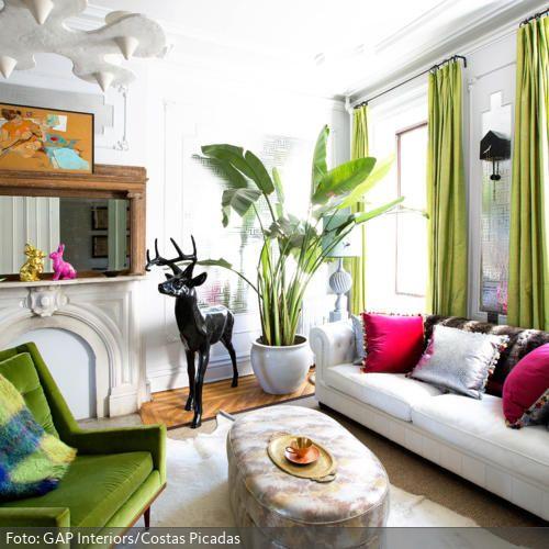 klassisch meets pink pinkfarbene sofakissen mit silbernen elementen zieren das klassische sofa in wei