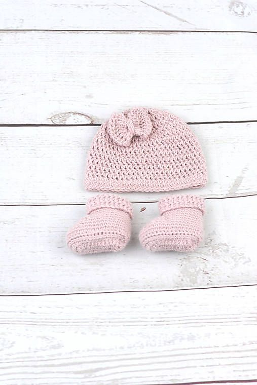 Súprava pre novorodenca je ručne háčkovaná z prírodného materiálu - z kvalitnej nórskej extra jemnej bledoružovej 100% alpaky vhodnej pre citlivú detskú pokožku. Súpravička je tenu...