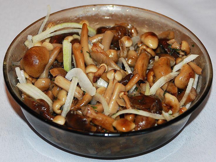 Ghebele sunt niște ciuperci de pădure foarte gustoase și aromate, din care pot fi preparate o mulțime de bucate. Astăzi vă propunem să încercați 2 rețete ușoare de ghebe marinate, ca să vă puteți bucura și iarna de gustul și aroma inconfundabilă. Ghebele se prepară foarte simplu și ușor, trebuie doar să le fierbeți și să adăugați oțet și condimente după gust. Veți obține o gustare delicioasă, care poate fi servită cu ceapă sau puteți prepara diverse salate. Savurați-le cu plăcere. Rețeta…