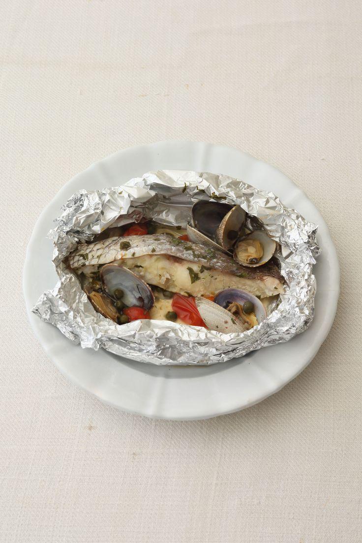 人気のイタリア魚料理をぐっと手軽に 1人分からでも、いつでも熱々をどうぞ  <材料 2人分> 白身魚(鯛など、切り身) 2切れ あさり 8個 ミニトマト 3個 ケーパー 小さじ2 パセリ(