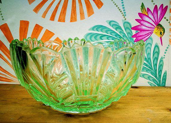 Art deco bowl, Green glass fruit bowl, Art deco fruit bowl, Vintage glass dish, 30's large serving bowl, Geometric fan pattern, dessert bowl