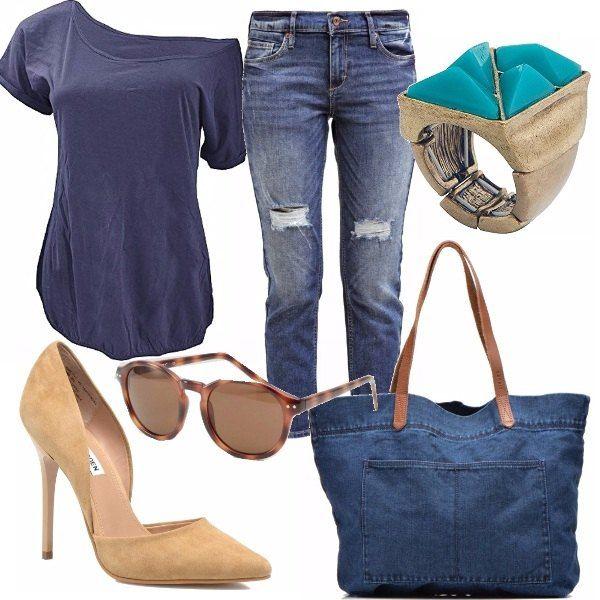 Il jeans, si sa, non passa mai di moda, non stanca, non ci fa mai sfigurare. Basta trovare quello giusto, che ci calza bene e che ci fa sentire sexy anche solo per piccoli dettagli, come quello di abbinarci una t-shirt ed un tacco. Come in questo caso! Ho scelto una t-shirt con spallina scesa abbinata ad una sandalo color sabbia che richiama i colori della borsa. Occhio allo splendido anello con pietra turchese!